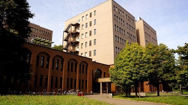 Đại học Hokkaido nằm ở trung tâm Sapporo, cách nhà ga Sapporo khoảng 2.4 km