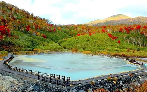 """Suối nước nóng Noboribetsu Onsen - một trong những đáp án cho câu hỏi """"Hokkaido có gì nổi tiếng?"""